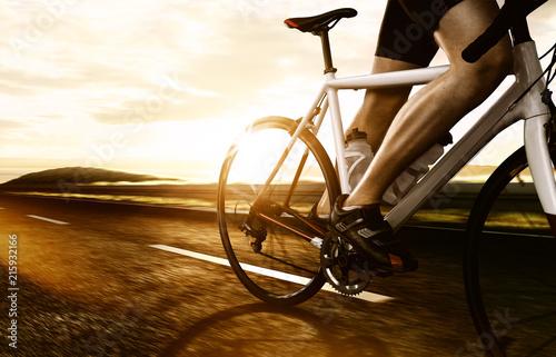 Deurstickers Fietsen Rennradfahrer auf Landstraße