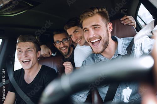 Staande foto Hoogte schaal Group of happy friends on a car