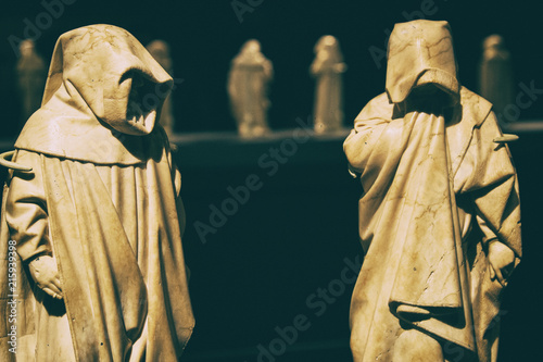Foto Mysterious friar monks white marble statues.