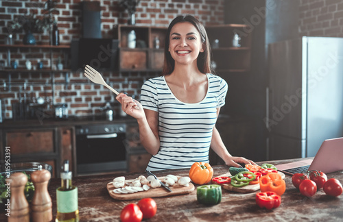 Stampa su Tela Young woman on kitchen
