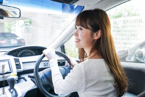 車を運転する女性 Canvas