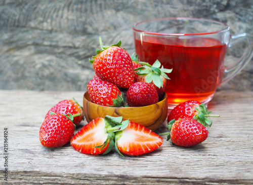 Poster Fleur Ripe red strawberries in wooden bowls on old wooden table