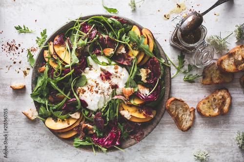 Salade Pêche, Fromage Burrata, Roquette, Jambon Coppa, Laitue et Pain Grillé Fototapete