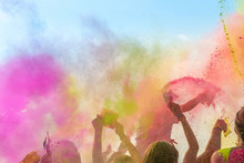 Holi Fest Begeisterte Menschen Jubeln Auf Einem Holifestival, Tanzen Ausgelassen Und Werfen Mit Buntem Holipulver