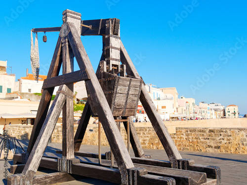 Ancient catapult on the walls of the city of Alghero Fototapete