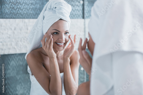 Fotografía  Young Beautiful Girl After Showering with Towel.