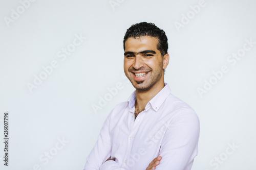 Fotografia  Fröhlicher, selbstbewusster syrischer Mann
