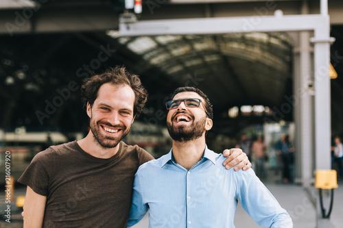 Fotografie, Tablou  Deutscher Mann und syrischer Mann lachen gemeinsam