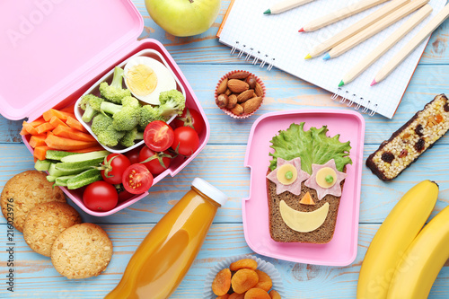 Fotografía  School lunch box with vegetables and fruits on blue wooden table