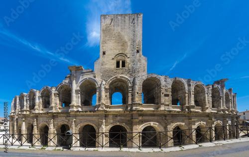 Photo Roman amphitheater in historic city center of Arles