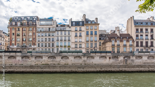 Foto auf Gartenposter Stadt am Wasser Paris, beautiful houses on the banks, quai des Grands-Augustins