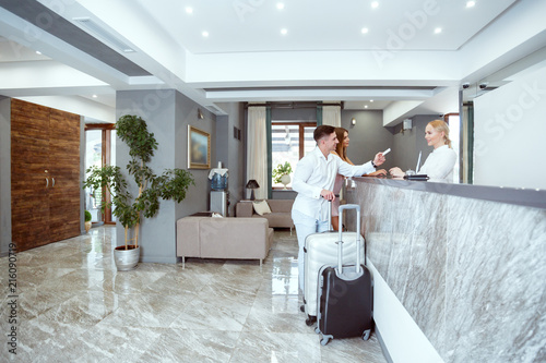 Fotografia couple near reception desk in hotel