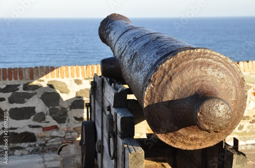 Photo old ship's cannon on the walls of the fortress