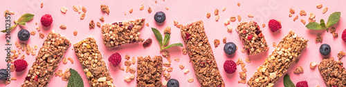 Foto Cereal bars on a bright pastel background