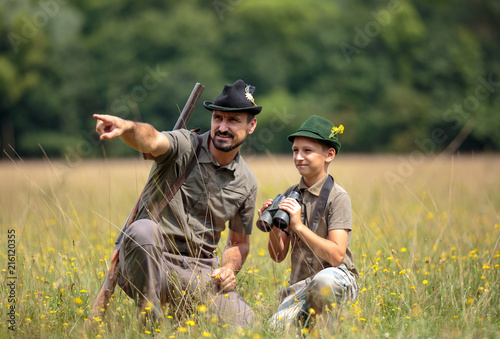 Photographie Ranger and his son in the woods