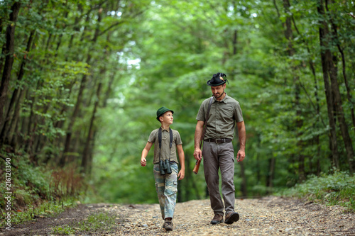 Fotografía  Ranger and his son in the woods