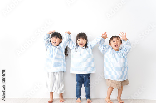 Obraz 仲良しの子どもたち - fototapety do salonu