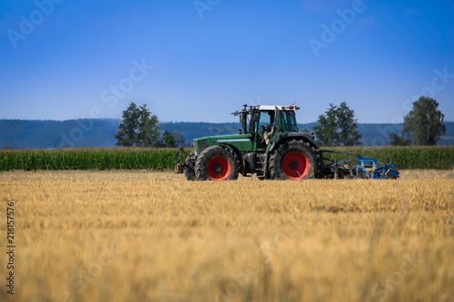 Photo  Traktor auf dem Feld bei Sommerwetter