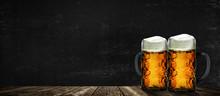 Zwei Bierkrüge Vor Schwarzem Hintergrund