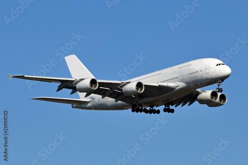Fotografia  A large white double-decker passenger aircraft.