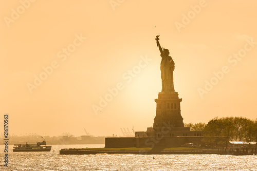 Fotobehang Amerikaanse Plekken Statue of Liberty silhouette in sunset, New York City, USA.