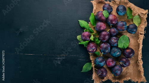 Fotografie, Obraz Fresh plums with leaves