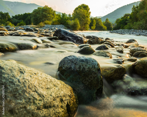 L'acqua diventa di seta tra le rocce Poster Mural XXL
