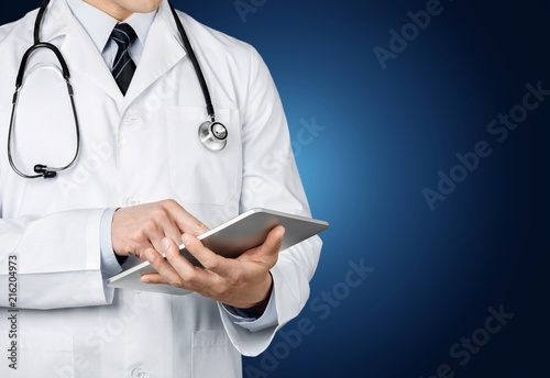 Fotomural Doctor at hospital working with tablet