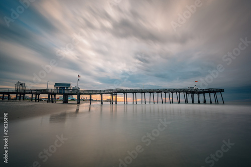 Fotobehang Amerikaanse Plekken A pier at sunrise in Ocean City, New Jersey.
