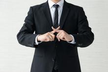 バツ印をつくるビジネスマン
