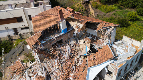 Foto The destroyed luxury house after the earthquake