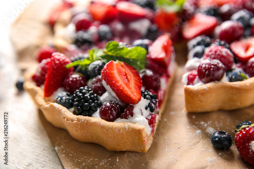 Fototapeta Delicious pie with ripe berries on table, closeup