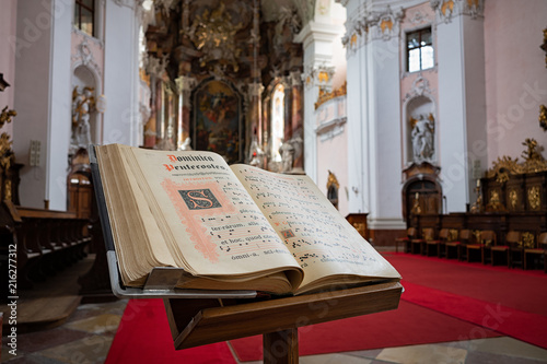 Fényképezés  Gesangbuch in einer Kirche