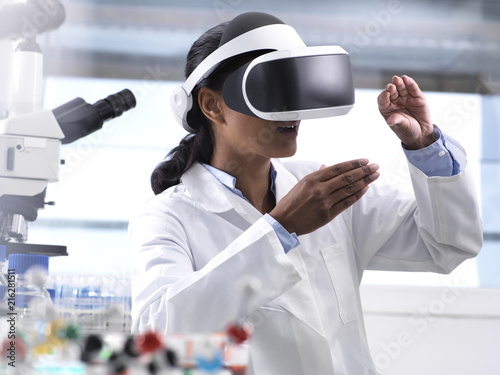 Female scientist using virtual reality to understand a research experiment in the laboratory