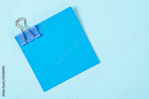 Fotomural  Blue binder clips and blue sticky notes.