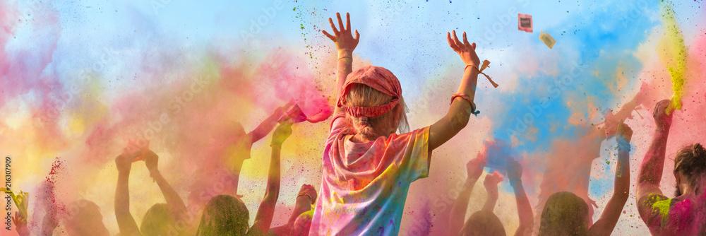 Fototapety, obrazy: Breitbild - Holi Fest begeisterte Menschen jubeln auf einem Holifestival, tanzen und werfen mit buntem Holipulver