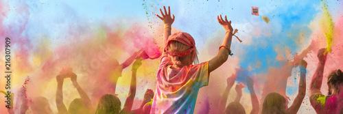 Fotografie, Obraz  Breitbild - Holi Fest begeisterte Menschen jubeln auf einem Holifestival, tanzen
