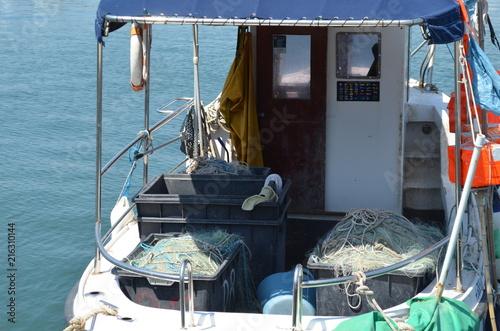 Fototapeta Skrzynie z sieciami na pokładzie rybackiego kutra obraz