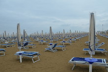 Puste Leżaki Na Plaży W Bibi...