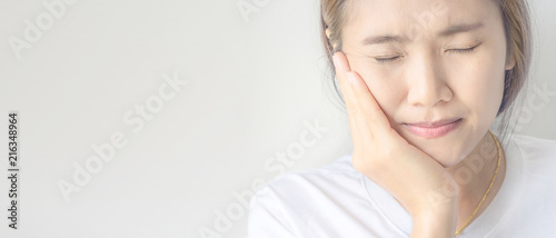 Fotografía Young asian woman suffering from toothache