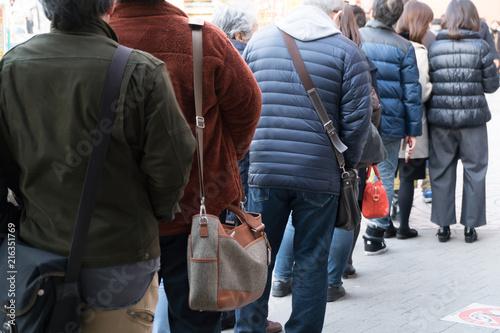 東京 年末 宝くじを買う人々の列