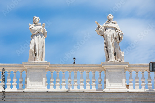 Cuadros en Lienzo Statues on the colonnades at St Peter's square, Rome
