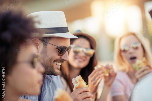 Fototapeta Group of friends eating sandwiches obraz