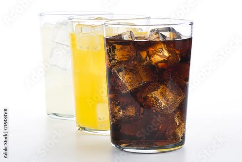 Fotografie, Obraz Vasos con refrescos de cola, naranja y limón