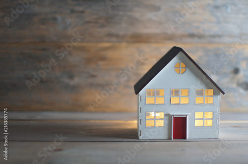 Obraz Miniature house over a wooden background - fototapety do salonu