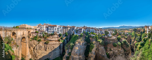 Foto  Panorama view of the Puente Nuevo bridge and the houses built on the edge of the