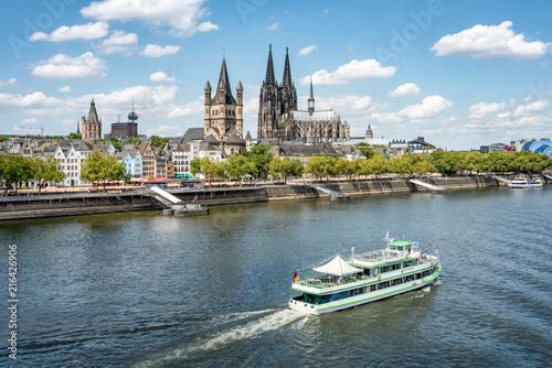 Schifffahrt entlang dem Rheinufer in Köln, Nordrhein-Westfalen, Deutschland Fototapete