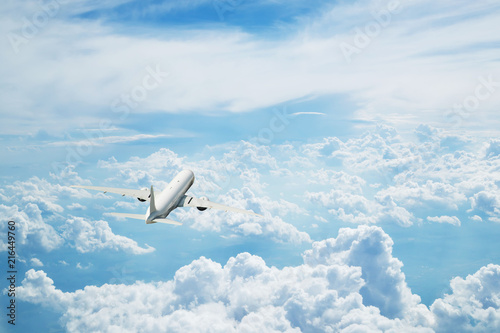 Poster Avion à Moteur Commercial airplane flying above clouds