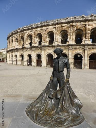 Keuken foto achterwand Stierenvechten Arènes de Nîmes, avec la statue d'un torero (France)