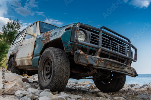 Cadres-photo bureau Motorise The old rugged off-road vehicle stuck in a rocky terrain